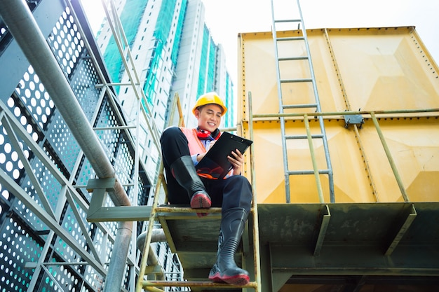 Trabajador de construcción indonesio asiático en sitio de edificio