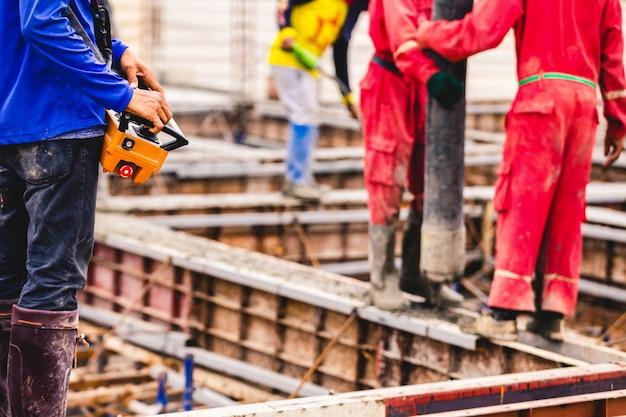 Trabajador de construcción obrero control auge concreto