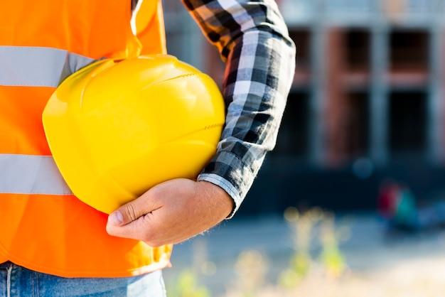 Trabajador de la construcción de primer plano con casco