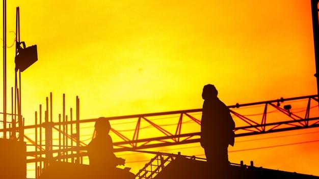 Trabajador de la construcción que trabaja en un sitio de construcción, para que los equipos de construcción trabajen en la industria pesada