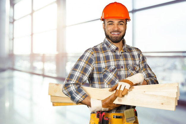 Trabajador de la construcción en el sitio de construcción