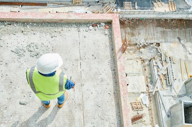 Trabajador de la construcción en el sitio