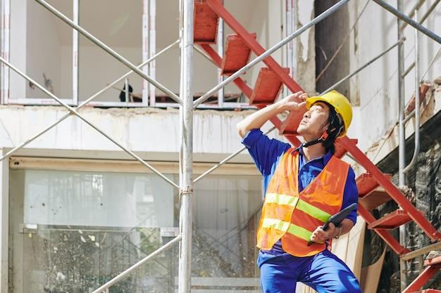 Trabajador de la construcción con tablet pc