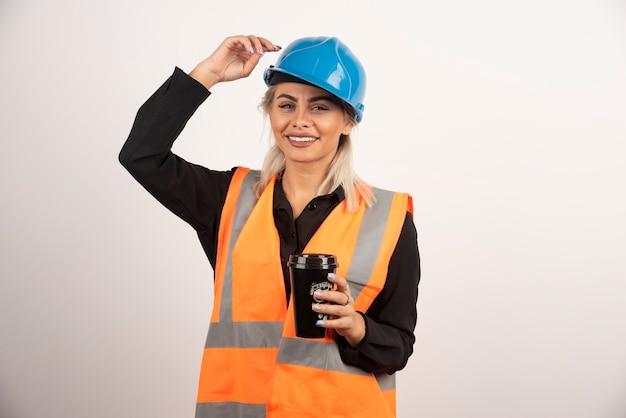 Trabajador de la construcción con taza de té sintiéndose feliz. foto de alta calidad