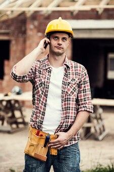 Trabajador de la construcción con teléfono móvil