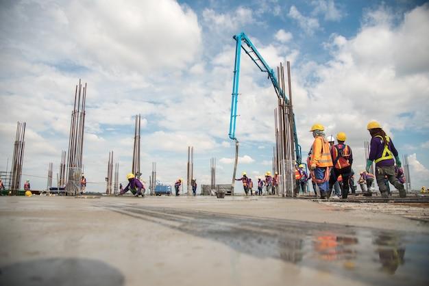 Trabajador de la construcción vertiendo hormigón