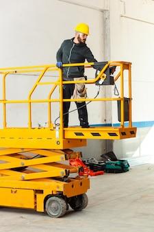 Trabajador construye una pared de pladur.
