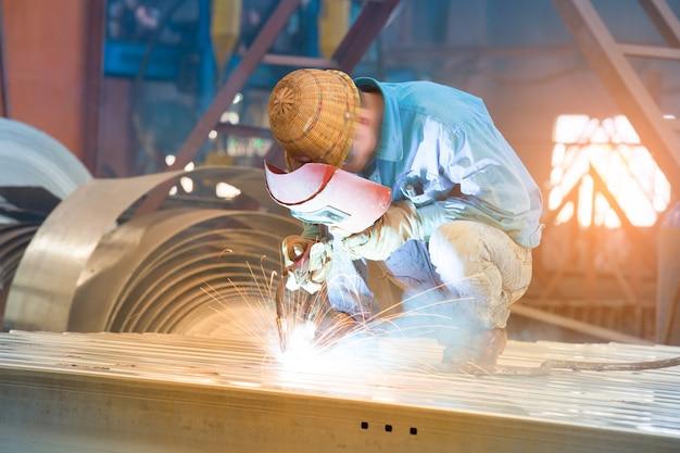 Trabajador cortando metal