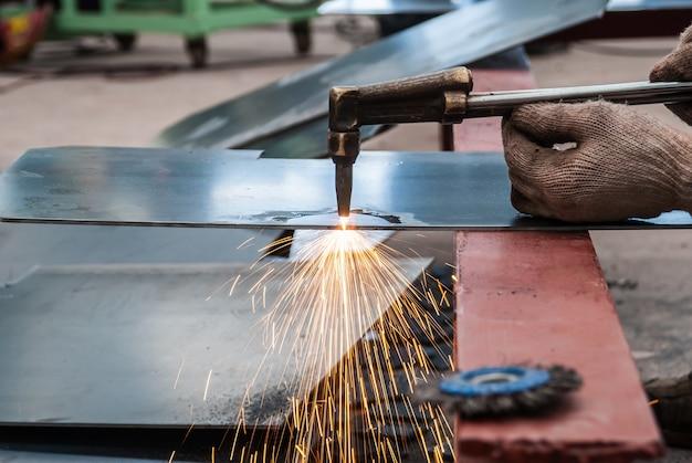 Trabajador, corte, chapa de acero, utilizando, metal, antorcha, en, fábrica