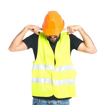 Trabajador cubriendo sus orejas sobre fondo blanco