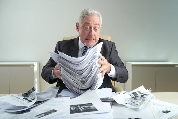 Trabajador de cuello blanco envejecido en el lugar de trabajo