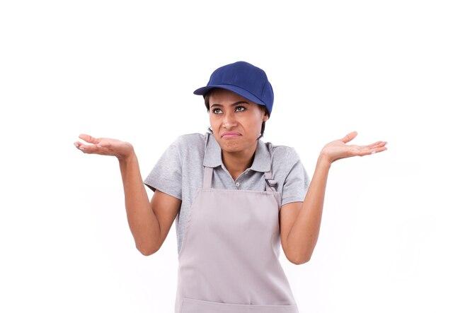 Trabajador de mujer confundido, molesto encogiéndose de hombros