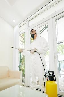 Trabajador desinfectando la casa