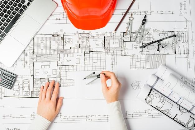 Trabajador dibujo blueprint