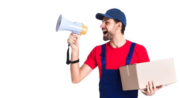 Trabajador duro mensajero hombre gritando por megáfono
