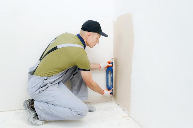 Un trabajador está enyesando una pared
