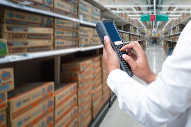 Un trabajador escanea la carga con escaneo de código de barras bluetooth.