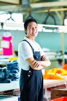 Trabajador en una fábrica de ropa china