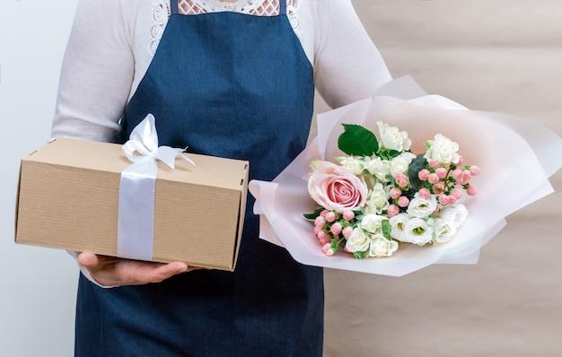 Trabajador flor rosa servicio de entrega bolsa de embalaje caja delantal empacador envío abierto en línea