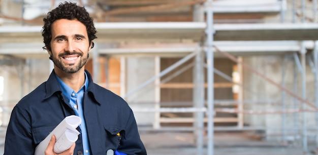 Trabajador frente a un sitio de construcción