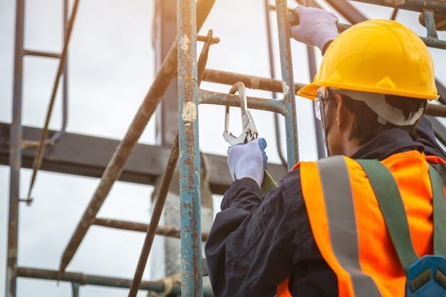 Trabajador con ganchos para arnés de seguridad