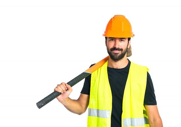 Trabajador con hacha sobre fondo blanco