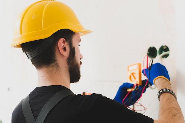Trabajador haciendo medidas en cables