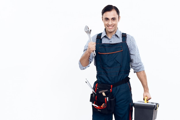 Trabajador con herramientas y llave sobre fondo blanco.