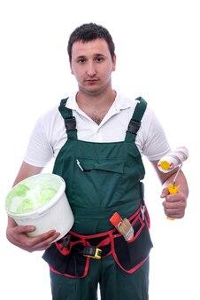 Trabajador con herramientas de pintura aislado en blanco