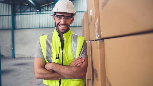 Trabajador de la industria profesional cerca retrato en la fábrica o almacén. operador de línea de producción o ingeniería