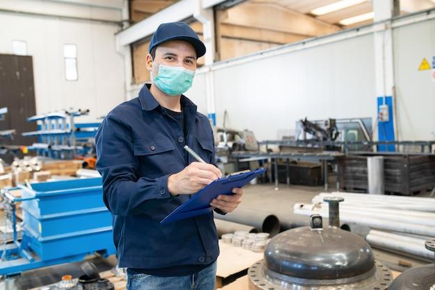 Trabajador industrial escribiendo en un documento