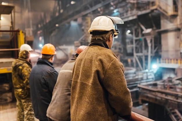 Trabajador industrial en la fábrica de soldadura closeup