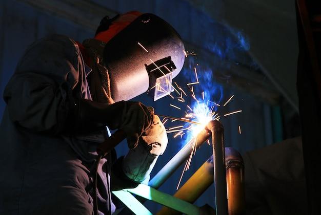 Trabajador industrial de soldadura