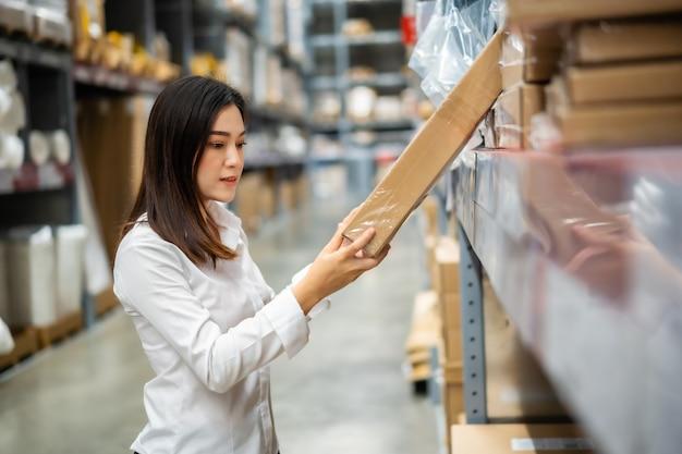 Trabajador joven comprobando el inventario en la tienda almacén