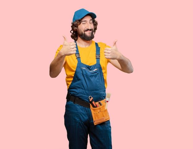 Trabajador de manitas satisfecho y orgulloso
