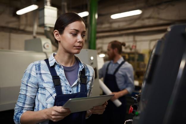 Trabajador manual con tablet pc
