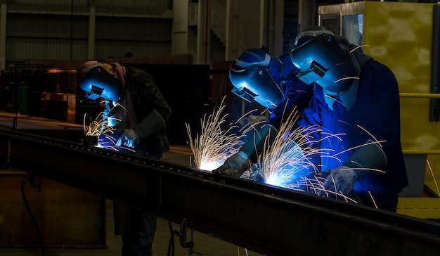 Trabajador con mascarilla protectora de soldadura de metal.