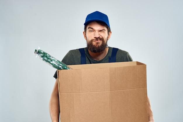 Trabajador masculino cargando cajas de entrega en manos estilo de vida de embalaje