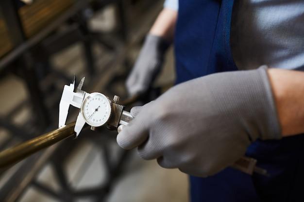Trabajador, medición, tubo de hierro