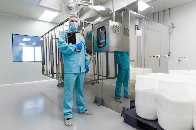 Trabajador médico está revisando las lecturas del panel de control.