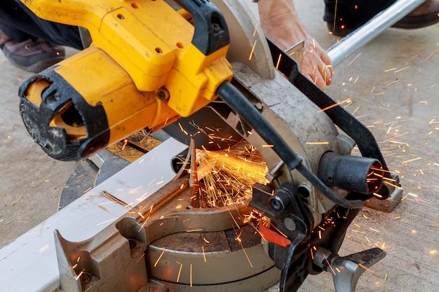 Trabajador moliendo una placa de metal