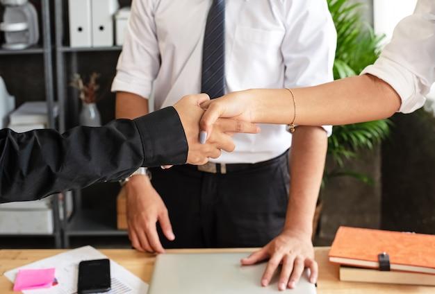 El trabajador de negocios estrechándose las manos, signo y símbolo de éxito, trato y confianza.
