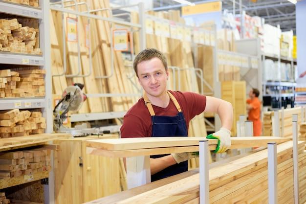 Trabajador o vendedor en la tienda de construcción o departamento de madera del almacén en el trabajo