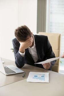Trabajador de oficina cansado cada vez más trabajo