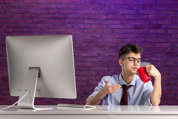 Trabajador de oficina de vista frontal detrás del escritorio de oficina trabajando