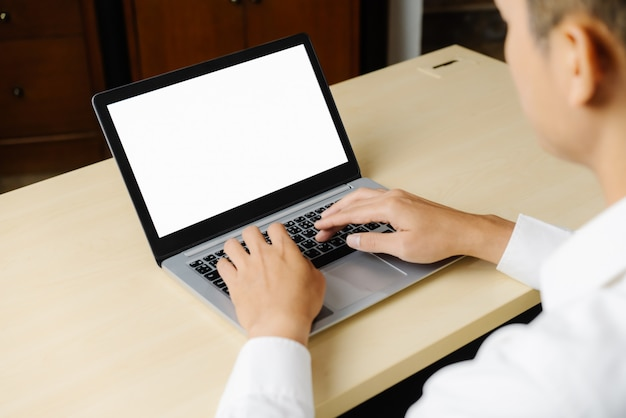 Trabajador de persona de negocios utiliza una computadora portátil.