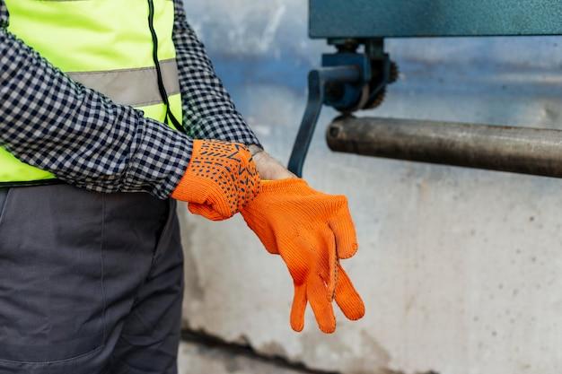 Trabajador ponerse guantes protectores