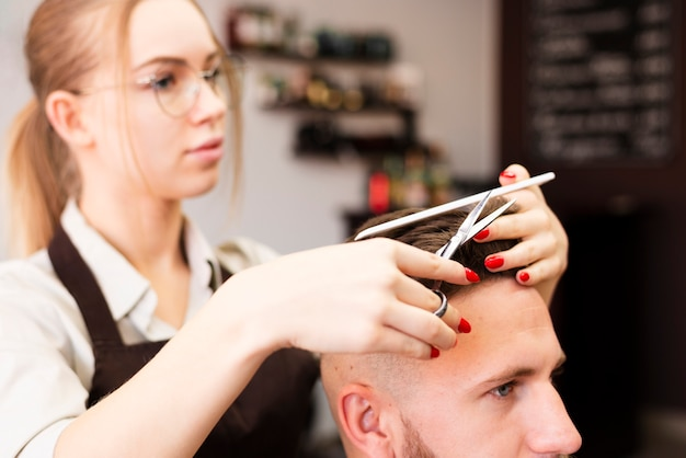 Trabajador profesional de peluquería haciendo su trabajo