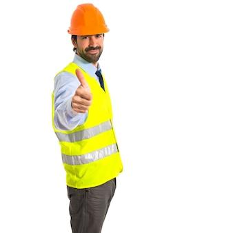 Trabajador con el pulgar hacia arriba