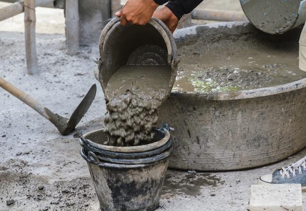 Trabajador, relleno, cemento, en, cubo